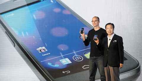 Googles top mobile executive Andy Rubin (left) and Shin Jong-kyun, head of Samsung's mobile communications business, display the new Galaxy Nexus smartphone at a news conference in Hong Kong on Wednesday. /Reuters-Newis