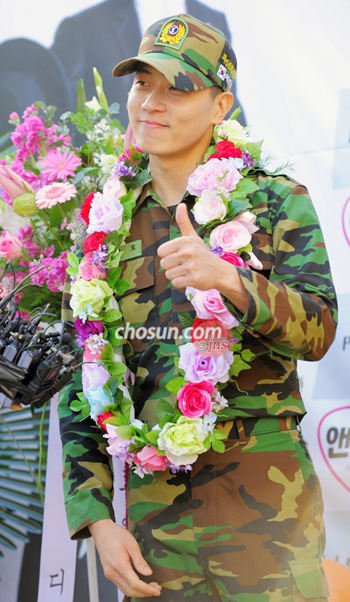 Andy of the group Shinhwa speak to fans after completing his mandatory military service in Yongsan, Seoul on Monday.