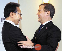 President Lee Myung-bak and his Russian counterpart Dmitry Medvedev greet each other at the closing ceremony of the annual Korea-Russia Dialogue in St. Petersburg on Wednesday.