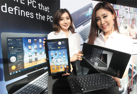 Models show Samsung Electronics new Slate PC Series 7 at a launch event on Wednesday. /Yonhap