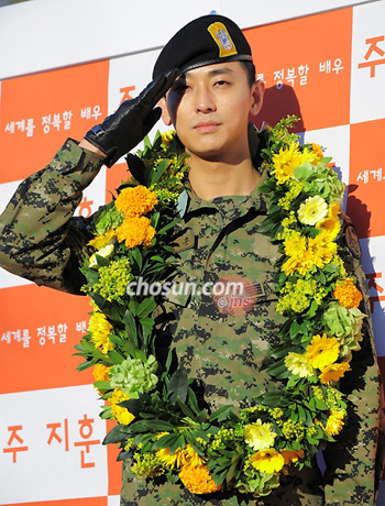 Actor Joo Ji-hoon salutes his fans after completing his mandatory military service in Seoul on Monday.