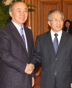 Unification Minister Yu Woo-ik shakes hands with Chinese State Councilor Dai Bingguo in Beijing on Tuesday. 