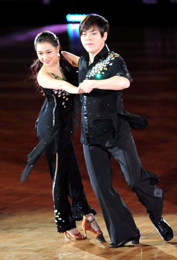 Singer Moon Hee-jun (right) and sports dancer Ahn Hye-sang perform at the Hyundai Card Super Match 12 Dance Sports contest in Seoul on Sunday. Moon and Ahn won the reality show