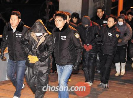 Chinese fishermen caught illegally fishing in Korean waters are being taken to the Incheon Coast Guard office on Tuesday.