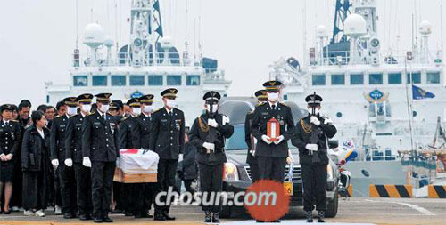 The coffin of Coast Guard commando Lee Cheong-ho is being carried to a funeral site near a pier at Incheon on Wednesday.