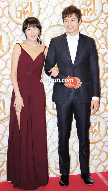 Kim Sun-a (left) and Lee Dong-wook pose at the 2011 SBS Drama Awards in Seoul on Saturday.