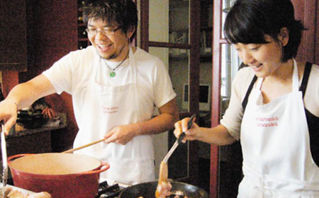 In this undated photo Steve Chen cooks with his wife Park Ji-hyun at a culinary school in Paris. It is uncertain whether the photo was taken before they wed or after. /From the website of Pramenades Gourmandes