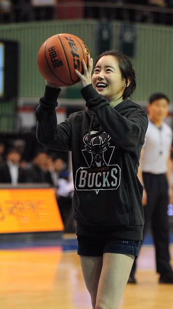 Actress Hwangwoo Seul-hye throws the ceremonial pitch at the Korean Basketball League All-Star Game at Jamsil Gymnasium in Seoul on Sunday. /Newsis