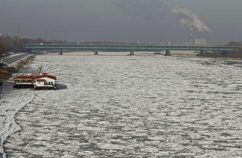 The Vistula River is covered with ice floe near the old town of Warsaw, Poland on Jan. 31, 2012. /Reuters