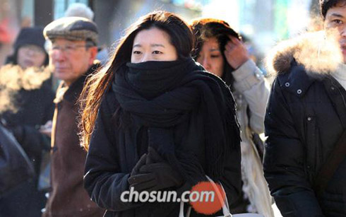 People bundle up against the freezing cold at a bus stop in Yongsan, Seoul on Wednesday.