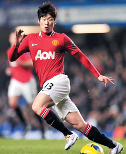 Manchester United midfielder Park Ji-sung eyes the ball during the clubs English Premier League football match against Chelsea at Stamford Bridge in London on Sunday. /AFP-Yonhap