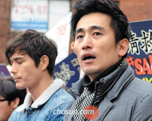 Actor Cha In-pyo (right) and TV personality Ricky Kim participate in a press conference in support of North Korean defectors in front of the Chinese Embassy in Seoul on Tuesday.