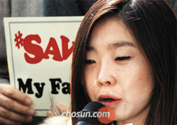 A North Korean defector weeps while reading a plea to the Chinese government to stop the repatriation of North Koreans, in front of the Chinese Embassy in Seoul on Thursday.