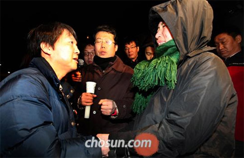 Software tycoon Ahn Cheol-soo (left) talks to Lee Ae-ran, a North Korean defector who has been on hunger strike in front of the Chinese Embassy in Seoul on Sunday.