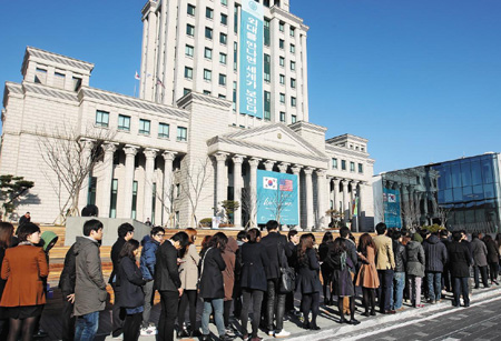 Students queue in front of the lecture hall at Hankuk University of Foreign Studies to hear U.S. President Barack Obama give a talk on Monday. /Yonhap