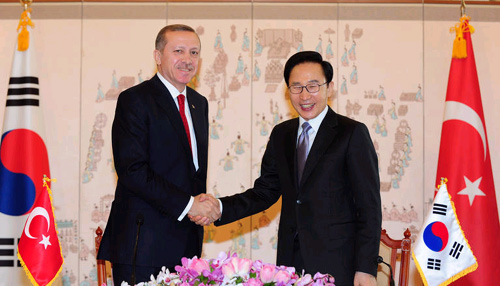 President Lee Myung-bak shakes hands with Turkish Prime Minister Recep Tayyip Erdogan at a meeting at Cheong Wa Dae in Seoul on Monday.