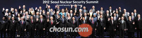 Participants to the Seoul Nuclear Security Summit pose for a group photo at COEX in the Korean capital on Tuesday.