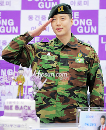 90710a7d Lee Dong-gun Completes Military Service - The Chosun Ilbo (English ...