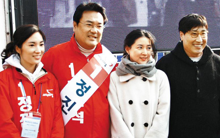 Actress Lee Young-ae (second right) and her husband pose with Saenuri Partys candidate Chung Jin-suk (second left) on his campaign site.