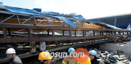 A tower crane falls on parked cars at an industrial park in Yeongam, South Jeolla Province on Tuesday.