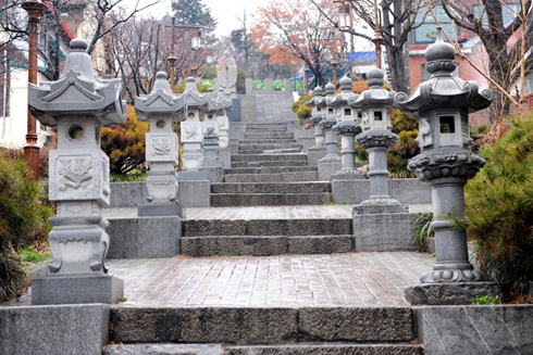 Stone lamps in Japanese and Chinese styles line the stairs.