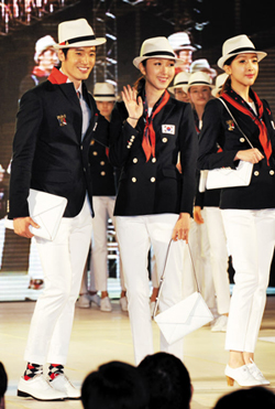 Models wearing the Korean national teams official uniform for the 2012 London Olympics pose at the National Training Center in Taeneung on Monday.