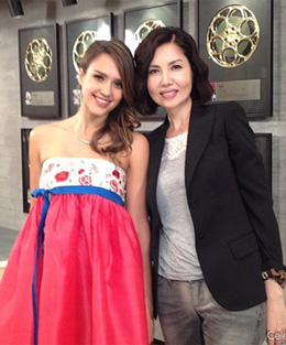 Jessica Alba poses with talk show host Paik Ji-yeon in a picture posted on her Twitter account on Tuesday.
