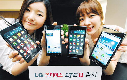 Models show LGs Optimus LTE2 smartphones at the launch in Seoul on Thursday.