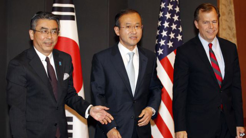 South Koreas chief nuclear envoy Lim Sung-nam (center), his Japanese counterpart Shinsuke Sugiyama (left), and U.S. envoy on North Korea Glyn Davies pose before talks in Seoul on May 21, 2012. /AP