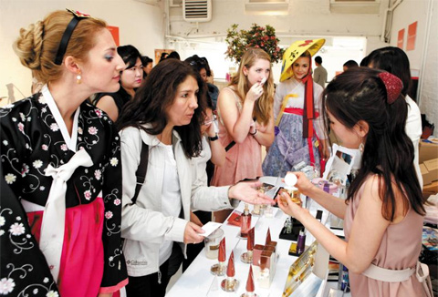 New Yorkers are introduced to Korean cosmetics brands at an event by the Korea Health Industry Development Institute in Manhattan on Saturday. /Yonhap