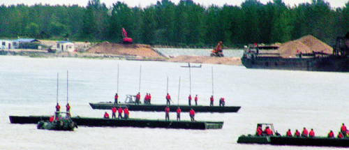 Chinese troops conduct a river-crossing drill on Tuesday afternoon near Dandong on the Apnok River, which separates China and North Korea. /Yonhap