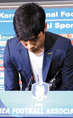 Park Chu-young bows at a press conference in Seoul on Wednesday.