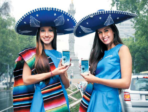 Models pose with Galaxy S3 smartphones at the launch in Mexico City on Thursday. /Courtesy of Samsung Electronics