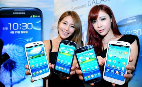 Models show Galaxy S3 smartphones at a launch in Seoul on Monday. /Newsis