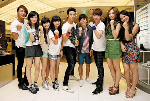 2PMs Taec-yeon (fifth from left) and miss As Jia (second from left) and Fei (second from right) pose with fans from Chinese-speaking countries at a department store in Seoul on Tuesday. /Courtesy of Korea Tourism Organization