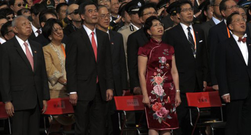 Former Hong Kong Chief Executives Tung Cheehwa (front left), Donald Tsang (front right), new Hong Kong Chief Executive Leung Chunying (front 2nd left), and his wife during a ceremony in Hong Kong on July 1, 2012. /Reuters