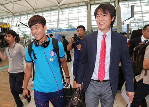 Olympic football team Manger Hong Myung-bo (right) and star player Park Chu-young are pictured at Incheon International Airport on Sunday prior to their departure for London. /Yonhap