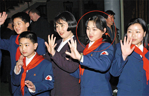 South and North Korean youngsters smile at a tree-planting ceremony hosted by South Koreas Red Cross at the Mt. Kumgang resort in March 2003. The girl in circle is assumed to be Kim Jong-uns wife, Ri Sol-ju. /Yonhap