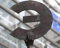 A statue shows the Euro symbol flipped, at the European Commission headquarters in Brussels, Belgium on March 7, 2012. /AP