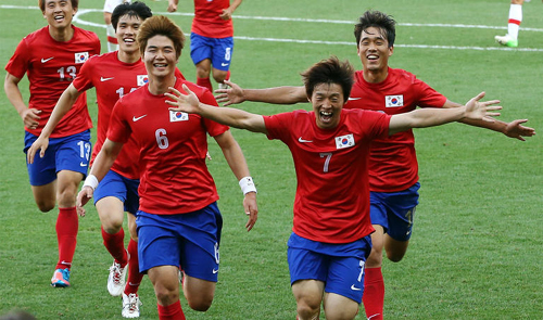 Korea footballers celebrate their victory against Switzerland at the end of their mens Group B football match at the London 2012 Olympic Games in Coventry on Monday.