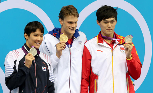 Gold medalist Yannick Agnel (center) of France poses with silver medalists Park Tae-hwan (left) of Korea and Sun Yang of China during the mens 200-m freestyle victory ceremony at the London Olympic Games on Monday.