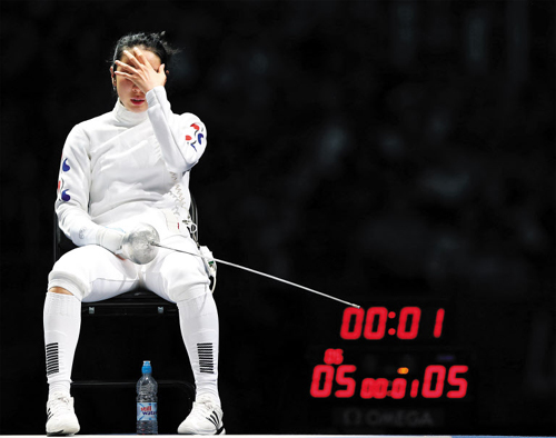 Fencer Shin A-lam cries after being defeated by Germanys Britta Heidemann (not seen) during their epee individual semifinal competition at the London Olympic Games on Tuesday. /Reuters-Newsis