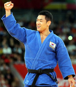 Song Dae-nam celebrates after defeating Cubas Asley Gonzalez in their mens -90 kg final judo match at the London Olympic Games on Thursday.