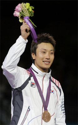 Fencer Choi Byung-chul waves after winning bronze in the mens individual foil in the London Olympics, at the ExCeL Arena on Tuesday.