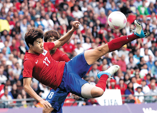 Kim Hyun-sung volleys the ball over the bar during their mens football first round, Group B match against Gabon at Wembley Stadium during the London 2012 Olympic Games on early Thursday. /Reuters-Yonhap