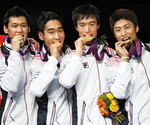 Korean fencers Gu Bon-gil, Kim Jung-hwan, Won Woo-young and Oh Eun-seok pose with their gold medals at the victory ceremony for the mens sabre team event at Londons ExCeL Arena during the 2012 Olympic Games early Saturday. /Yonhap
