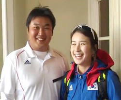 In this video footage from KBS, Oh Jin-hyek (left) poses with Ki Bo-bae after his victory in the mens individual archery event at the London Olympic Games on Sunday.
