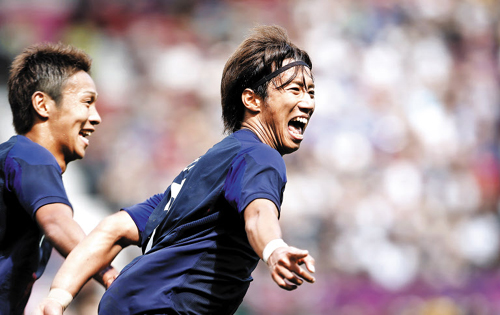 Japans Yuki Otsu (right) celebrates after scoring a goal against Egypt during the quarterfinals of the Olympic football tournament at Old Trafford in Manchester on early Sunday. /AP-Newsis