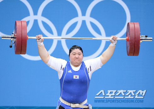 Jang Mi-ran lifts 120 kg in snatch in the womens +75kg weightlifting at the ExCeL Arena in London on Monday.
