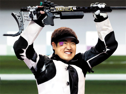 Kim Jong-hyun reacts after shooting during the mens 50-m rifle 3 positions event during the 2012 Summer Olympics on Monday. /Yonhap